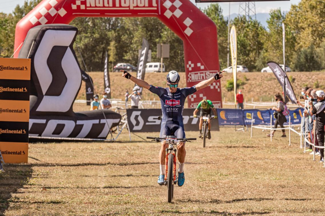 Samuel Gaze y Cl�udia Galicia conquistan los senderos de la Scott Marathon Cup de Girona.